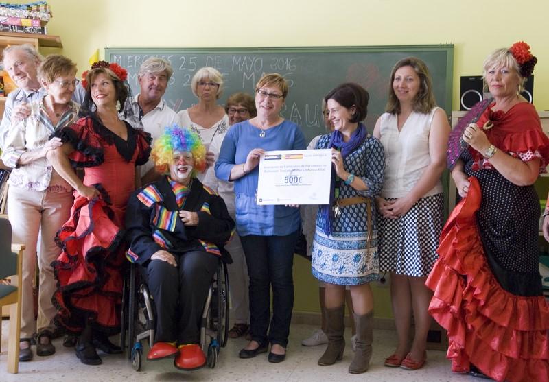Donatie toneelgroep NVOC aan het Alzheimer centrum
